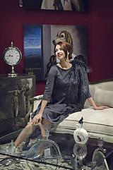 Šaty - Šedé úpletové šaty midi dĺžky - 6089014_