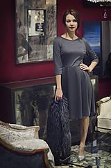 Šaty - Šedé úpletové šaty midi dĺžky - 6089017_