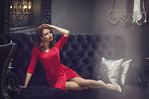 Červené úpletové šaty s rásporkom