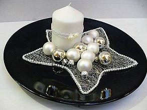 Svietidlá a sviečky - Vianočná dekorácia na stôl so sviečkou - 6134686_