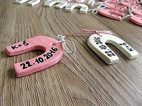 Darčeky pre svadobčanov - podkova s iniciálami a dátumom svadby - 6143192_