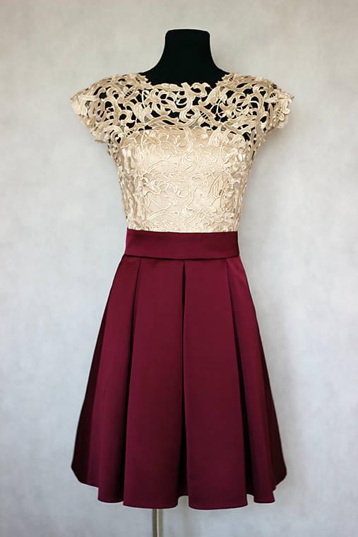 Spoločenské šaty vo vintage štýle s hrubou krémovo-zlatistou krajkou