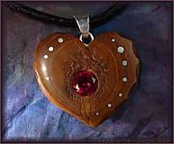 Náhrdelníky - 466. Drevený náhrdelník  SRDIENKO DUB - RUBÍN - 6179407_