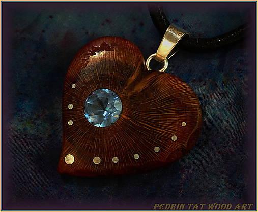 469. Drevený náhrdelník SRDIENKO - SLIVKA - Aquamarín