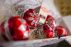 Dekorácie - Červeno strieborná kolekcia vianočných gúľ  - 6185776_