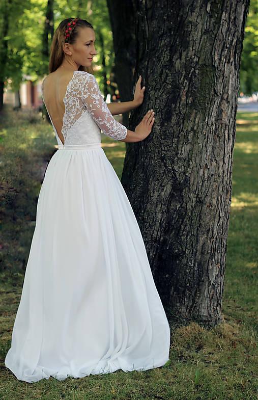 Svadobné šaty s holým chrbátom a rukávikom