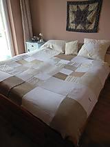 Svetlá prikrývka na postel