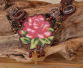Náhrdelníky - Náhrdelník s vyšívaným motívom ruže - 6208591_
