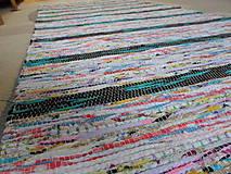 Koberec svetlý s pestrofarebnými pásikmi 187x74cm