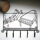 vešiak pre hudobníka
