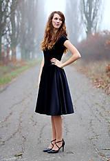 - Zamatové šaty s kruhovou sukňou - 6233061_