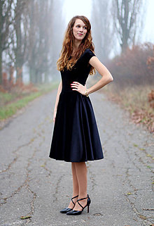 Šaty - Zamatové šaty s kruhovou sukňou - 6233061_