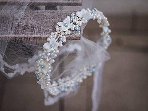 Ozdoby do vlasov - perličkový věneček s textilními kvítky + spona - 6269572_