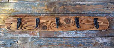 Nábytok - Tmavý drevený vešiak s kovanými háčikmi - 6276899_