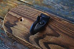 Nábytok - Tmavý drevený vešiak s kovanými háčikmi - 6276901_
