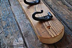 Nábytok - Tmavý drevený vešiak s kovanými háčikmi - 6276903_