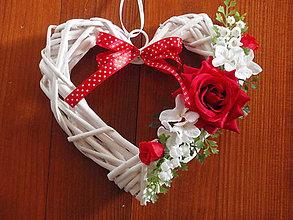 Dekorácie - Srdiečko s červenými ružičkami - 6276446_