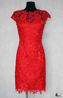 Šaty - Púzdrové spoločenské šaty s hrubou krajkou s kvetmi rôzne farby - 6285742_