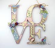 LOVE - vintage nápis na zavesenie s patchwork vzorom