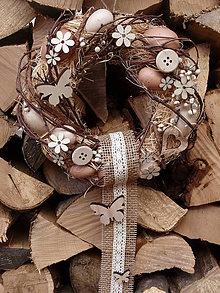 Dekorácie - Prírodný veniec s drevenými ozdobami - 6347061_