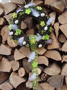 Dekorácie - Zelený veľkonočný veniec s kvietkami a vajíčkami - 6347095_