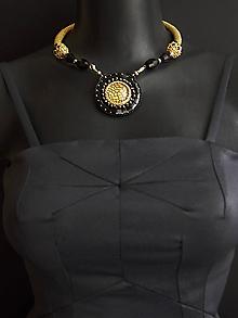 Náhrdelníky - Háčkovaný náhrdelník so šitým príveskom