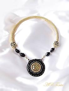 """Náhrdelníky - Háčkovaný náhrdelník so šitým príveskom """"Black Queen"""" - 6350040_"""
