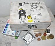 Darčeky pre svadobčanov - Darček pre svadobčanov-krabica s veselým motívom :) - 6352997_