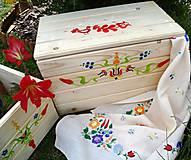 Nábytok - Ručne malovaná truhla s ludovym motívom :) - 6354286_