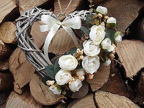 Dekorácie - Vintage srdce so smotanovými kvietkami - 6356327_