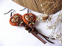 Náušnice - oranžové náušnice s drevenými srdiečkami-za lipou - 6363603_