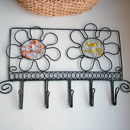 vešiak s kvetmi