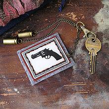 Iné - karabínka s ručne kresleným plastovým revolverom a nábojnicami - 6399588_