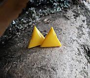 Náušnice - Trojuholníčky 10 mm (žlté) - 6401179_