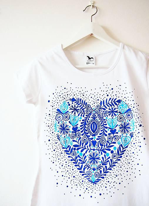 Tričko biele s modrým folk srdcom XS S   DARTASKA - SAShE.sk ... 9478ee88bea