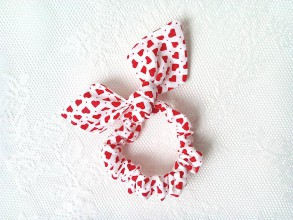 Ozdoby do vlasov - Mini scrunchie (white/red hearts) - 6417194_