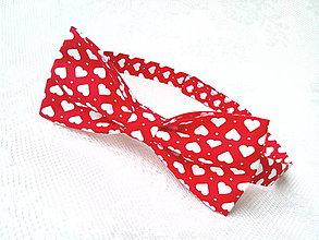 Doplnky - Valentínsky pánsky motýlik (červený/biele srdiečka) - 6417429_