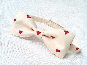 Doplnky - Valentínsky pánsky motýlik (béžový/červené srdiečka) - 6417620_