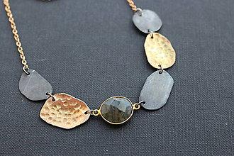 Náhrdelníky - Černo- zlatý náhrdelník s labradoritem - 6414404_
