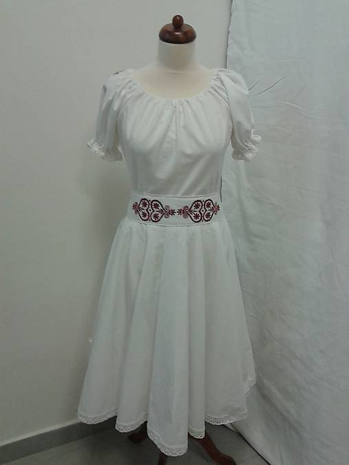 Folk  krátke svadobné šaty s červeným srdcom