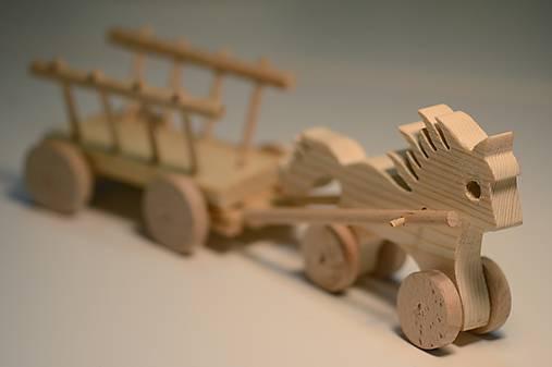 Klub Detskej Nádeje: Drevený koník s vozíkom