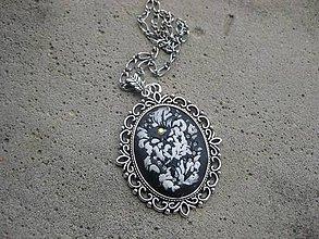 Náhrdelníky - Náhrdelník s ručne modelovaným príveskom (Biely kvet - náhrdelník s veľkým príveskom, č.1506) - 6471430_