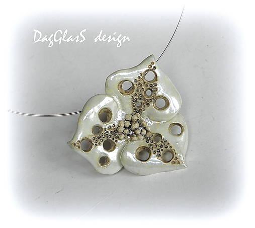 Keramický šperk...perleťový kvet