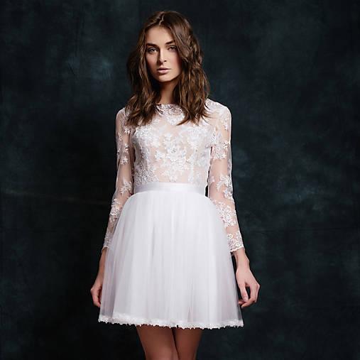 Krátke tylové svadobné šaty s dlhým rukávom