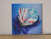 Biely kvet - v modrom