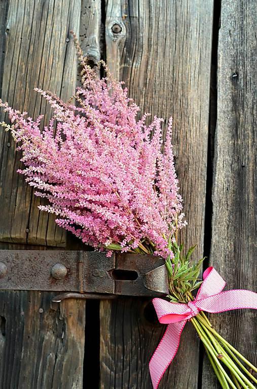 Ružová kytička z astilbe