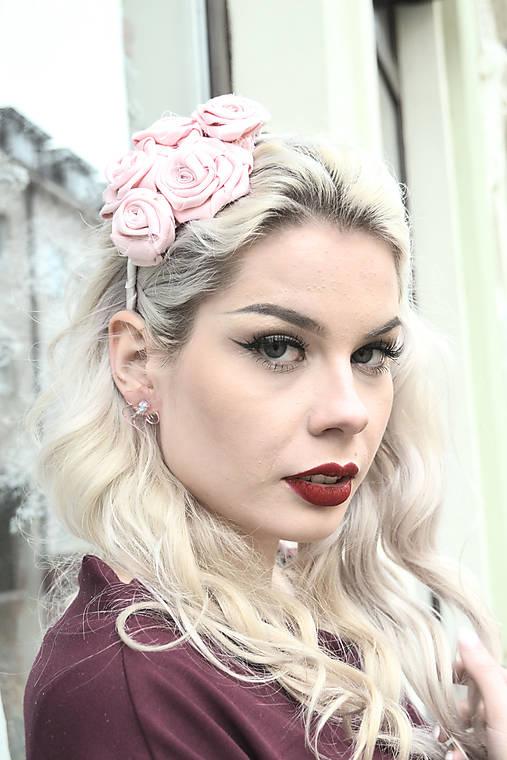 Púdrové ruže vo vlasoch - čelenka zľava