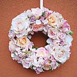 Veľký veniec na dvere v nežných odtieňoch ružovej