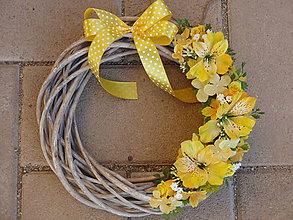 Dekorácie - Veniec so žltými kvetmi 28cm - 6538190_
