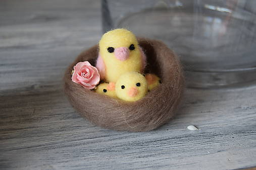 Dekorácie - Vtáčik s máďatkami v hniezde - 6540610_